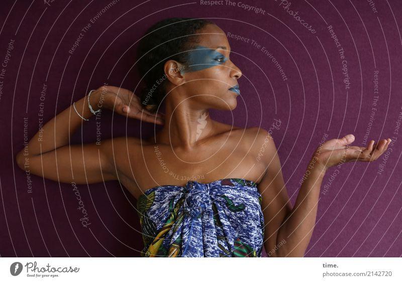 . schön Schminke feminin Frau Erwachsene 1 Mensch Stoff Schmuck beobachten Erholung festhalten Blick Tanzen ästhetisch Gefühle Frühlingsgefühle selbstbewußt