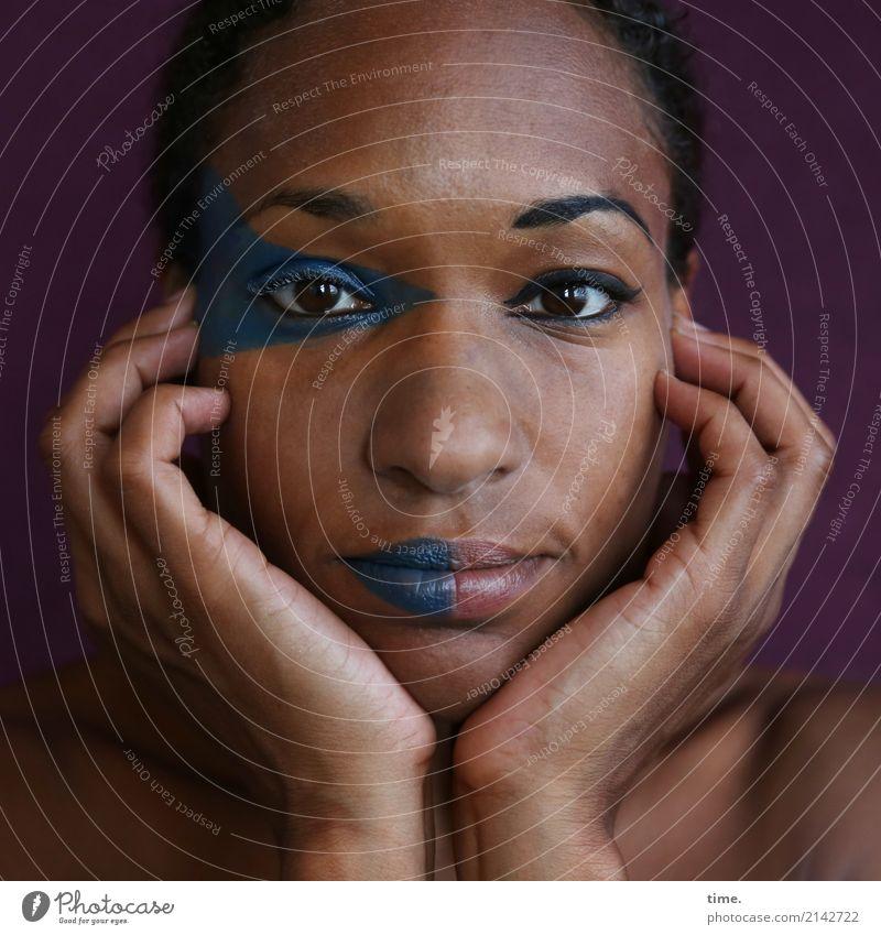 . Schminke feminin Frau Erwachsene 1 Mensch schwarzhaarig kurzhaarig beobachten Denken festhalten Blick warten außergewöhnlich schön selbstbewußt Willensstärke