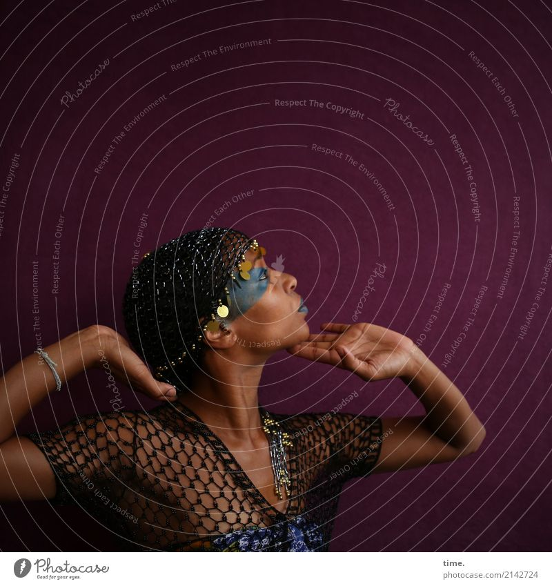 . Schminke feminin Frau Erwachsene 1 Mensch Hemd Schmuck perlenmütze schwarzhaarig beobachten Bewegung festhalten Blick außergewöhnlich schön Gefühle