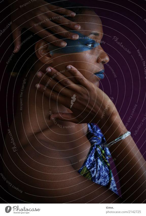 . Mensch Frau schön dunkel Erwachsene Gefühle feminin Zeit ästhetisch Kreativität beobachten Schutz festhalten Stoff Konzentration Körperpflege