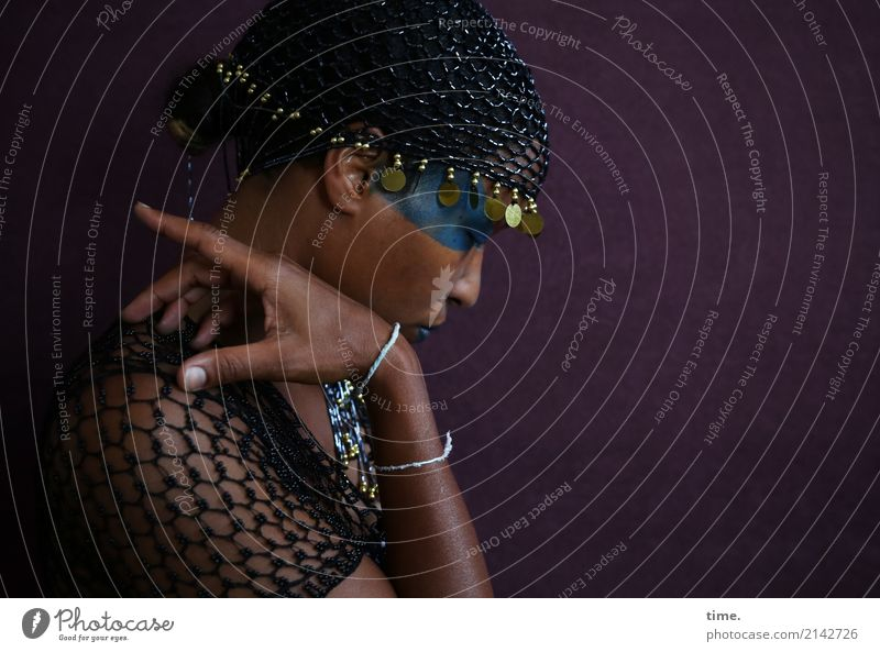 Lilian Schminke feminin Frau Erwachsene 1 Mensch Hemd Schmuck Perlenmütze schwarzhaarig beobachten Bewegung Denken festhalten Blick dunkel schön Schutz