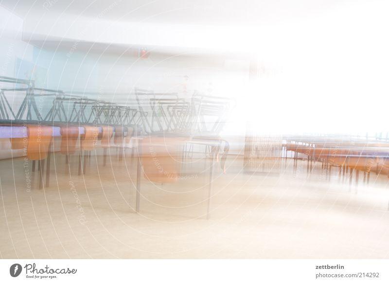 Kantine Stuhl Tisch Möbel Raum speiseraum Speisesaal leer Menschenleer Geschwindigkeit Eile hell Farbfoto Innenaufnahme Textfreiraum oben High Key Unschärfe