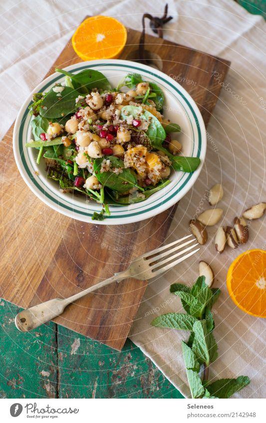 wintersalat Lebensmittel Gemüse Salat Salatbeilage Frucht Orange Spinat Feldsalat Minze Paranüsse Mittagessen Picknick Bioprodukte Vegetarische Ernährung Diät