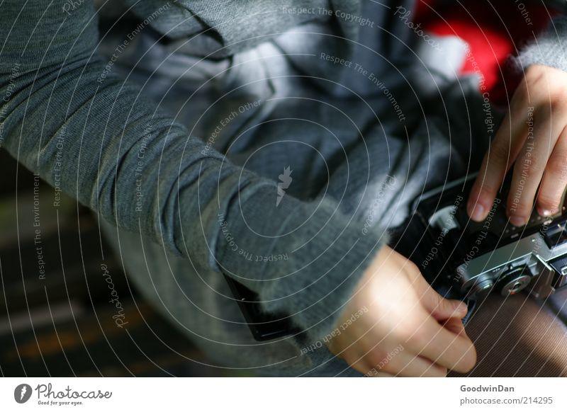 Ich mach schon! Mensch feminin Junge Frau Jugendliche Mode Pullover Strumpfhose Bank Fotokamera berühren festhalten hocken machen sitzen nah Wärme geduldig