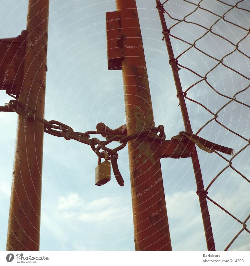 closed! Himmel Sommer Tür geschlossen Schönes Wetter Tor Stahl Rost Schloss Barriere Gitter Maschendrahtzaun Vorhängeschloss Eingangstor Absperrgitter