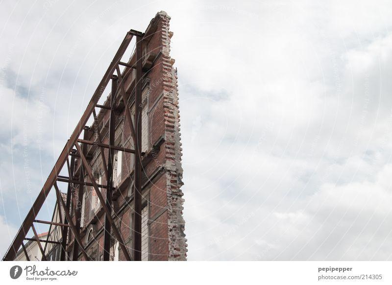 alles nur fassade alt Haus Arbeit & Erwerbstätigkeit Wand Fenster Stein Mauer Metall Beton Fassade Baustelle Backstein Stahl Verfall Rost einzeln