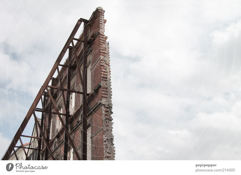 alles nur fassade Baustelle Haus Mauer Wand Fassade Fenster Stein Beton Metall Stahl Rost Backstein alt Arbeit & Erwerbstätigkeit eckig standhaft Verfall
