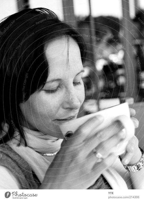 Pure Pleasure Frau Freude ruhig Erholung feminin Glück 18-30 Jahre Stimmung Zufriedenheit Lifestyle Warmherzigkeit weich Kaffee genießen trinken Schmuck