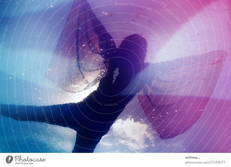 traumtänzer Mensch feminin Wasser Tuch blau rosa Wolken Reflexion & Spiegelung fliegen Tanzen Traumwelt Traumtänzer Farbfoto Frau Tänzerin Phantasie Traumtanz