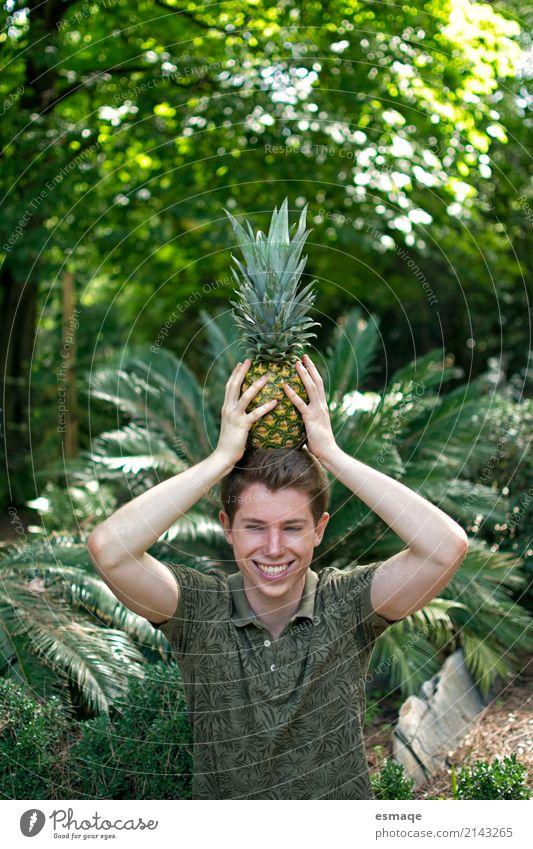 Junge mit Ananas lustig Mensch Natur Jugendliche Pflanze Junger Mann Landschaft Freude 18-30 Jahre Erwachsene Umwelt Lifestyle Gesundheit Liebe lachen Spielen