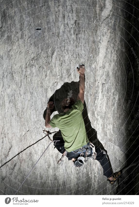 jetzt nur nicht loslassen Mensch maskulin 1 ästhetisch sportlich authentisch Berge u. Gebirge alpin Klettern extrem Muskulatur anstrengen Sport Seil Felsen