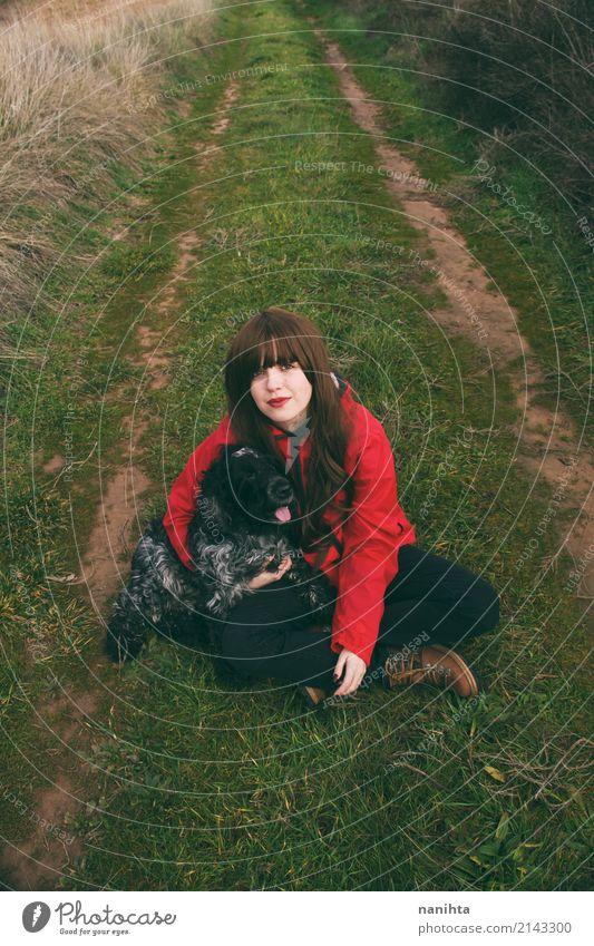 Mensch Natur Hund Jugendliche Junge Frau grün rot Tier 18-30 Jahre schwarz Erwachsene Umwelt Lifestyle Frühling Herbst Gesundheit