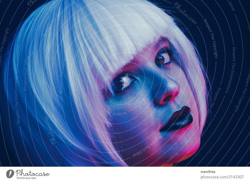 Künstlerisches Porträt einer jungen Frau, die durch Farbe beleuchtet wird, beleuchtet Lifestyle Stil schön Haut Gesicht Lippenstift Nachtleben Party