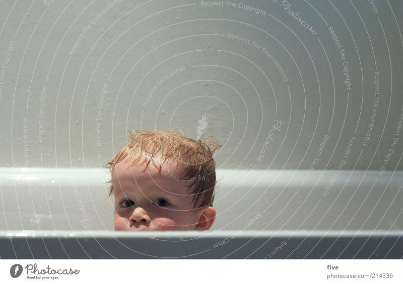 über den rand schauen Mensch Kind weiß Gesicht Leben Junge oben Haare & Frisuren Kopf Zufriedenheit nass Bad Schwimmen & Baden Kindheit entdecken feucht