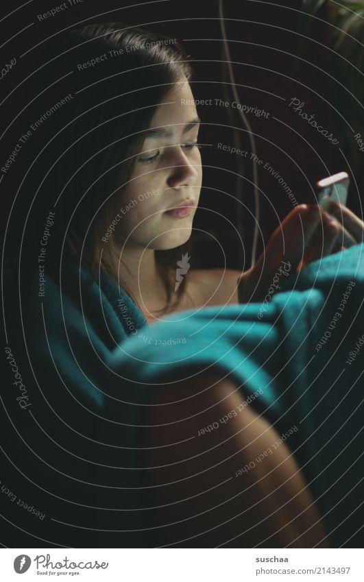 handymädchen Kind Jugendliche Junge Frau Mädchen dunkel Gesicht kalt 13-18 Jahre sitzen Elektrizität Telefon Kabel Internet Handy türkis Müdigkeit