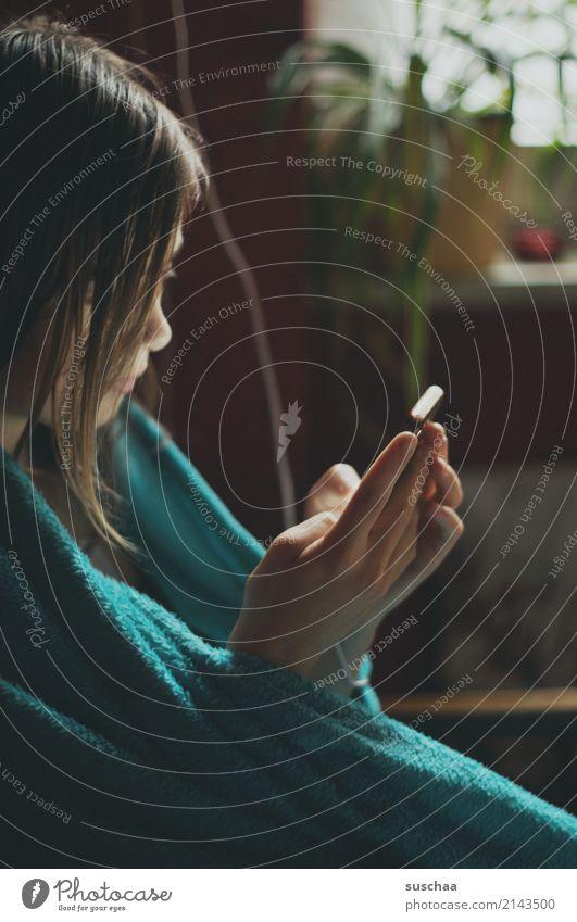 mädchen sitzt in eine decke gehüllt und guckt in ihr smartphone Mädchen Kind Jugendliche Junge Frau 13-18 Jahre Internet Telefon SMS Social Media Gesicht Handy