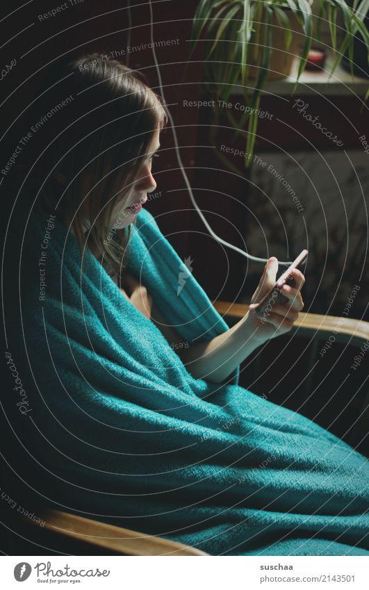 das machen teenager ... Kind Mensch Jugendliche Mädchen Häusliches Leben Wohnung 13-18 Jahre Kommunizieren Elektrizität Internet Handy Decke online PDA zyan