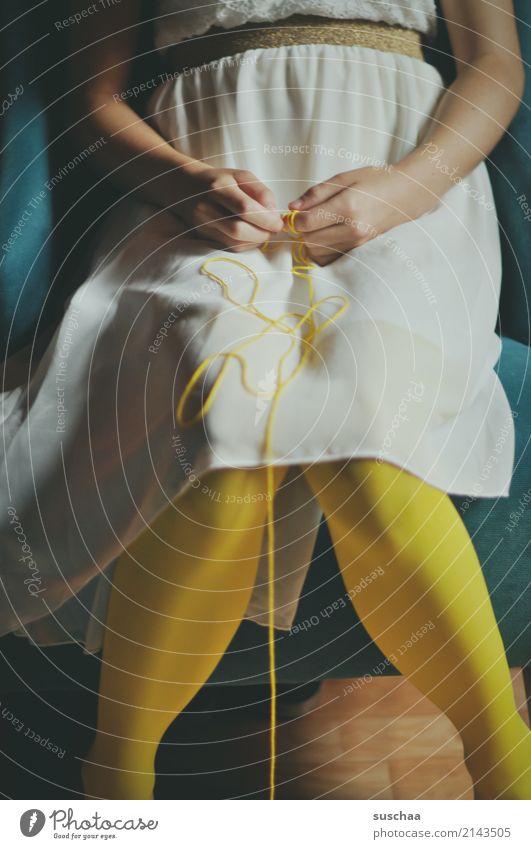 weiter oben, mitte Mensch Kind Mädchen weiblich Junge Frau Strumpfhose Knie Beine Hand Finger Arme sitzen gelb faden wollfaden festhalten
