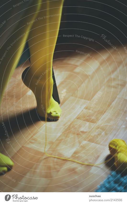 darunter Fuß Beine Mensch weiblich Frau Mädchen sitzen Bodenbelag Strumpfhose Handarbeit stricken häkeln Wolle Wollknäuel faden gelb