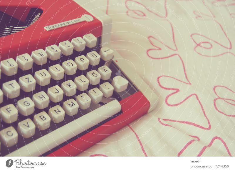 schreib mal wieder !! alt weiß rot Herz retro Schriftzeichen Kitsch Buchstaben Stoff Stillleben Nostalgie Taste Schreibmaschine herzförmig