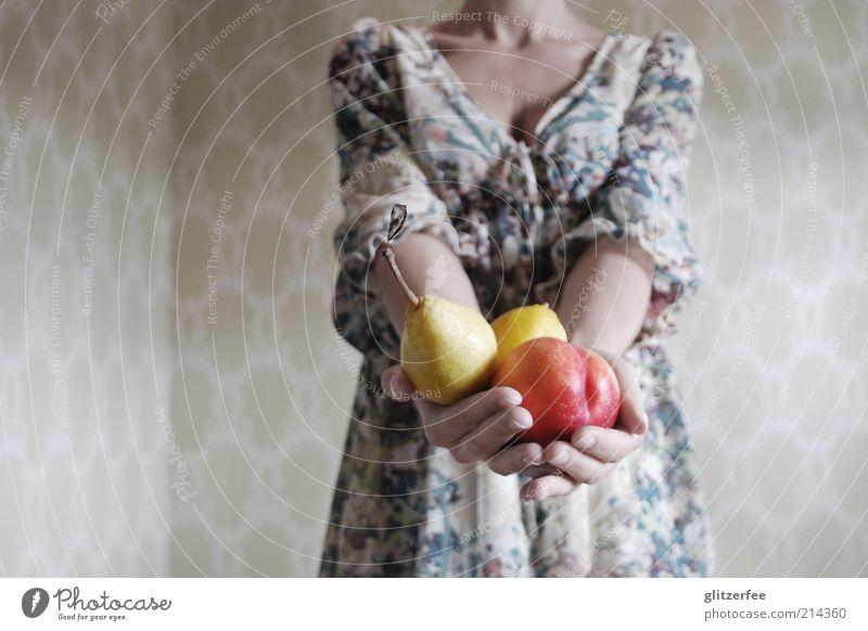 frau von ribbecks cousine Mensch Frau Jugendliche Hand Erwachsene feminin Leben Junge Frau Gesundheit 18-30 Jahre Frucht Arme Ernährung Finger Kleid genießen