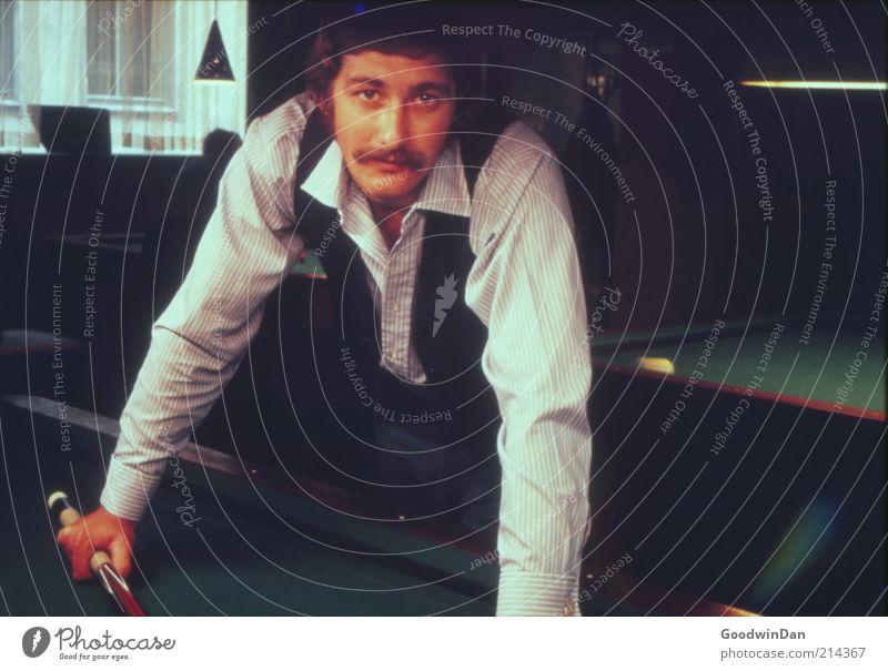 genetische Voraussage Billard Mensch maskulin Mann Erwachsene 1 stehen authentisch Stimmung Farbfoto Innenaufnahme Kunstlicht Schatten Kontrast