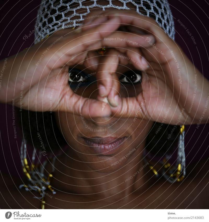 . feminin Frau Erwachsene 1 Mensch Schmuck Perlenmütze beobachten festhalten Blick schön Zufriedenheit selbstbewußt Leidenschaft Wachsamkeit Leben Ausdauer