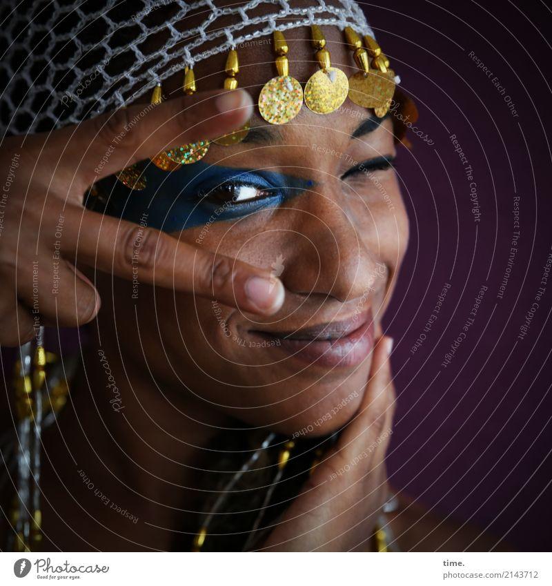 . feminin Frau Erwachsene 1 Mensch Schmuck Perlenmütze beobachten festhalten Lächeln Blick Freundlichkeit Fröhlichkeit frisch schön Zufriedenheit selbstbewußt