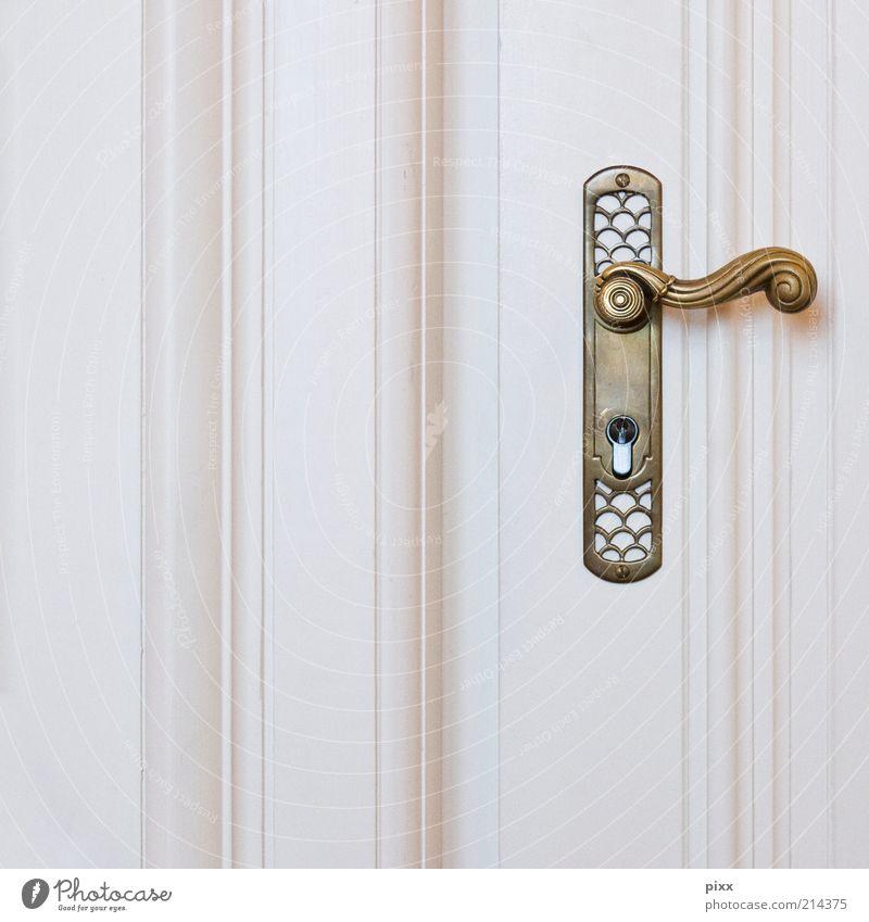 für klinkenputzer alt weiß Stil Holz Metall Tür Gold elegant gold geschlossen Lifestyle ästhetisch retro Kitsch historisch Stillleben