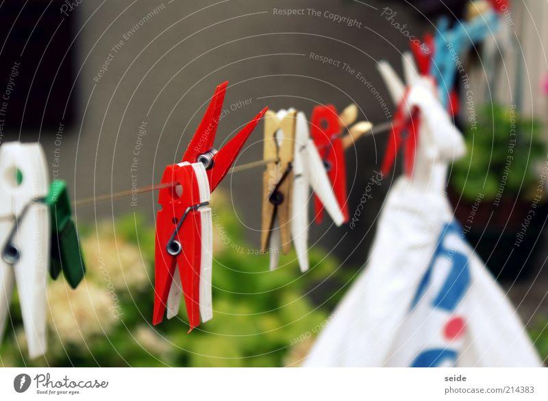 wasch die wäsche Wäscheklammern Wäscheleine Unendlichkeit blau mehrfarbig gelb rot weiß Farbfoto Außenaufnahme Makroaufnahme Tag Starke Tiefenschärfe aufhängen