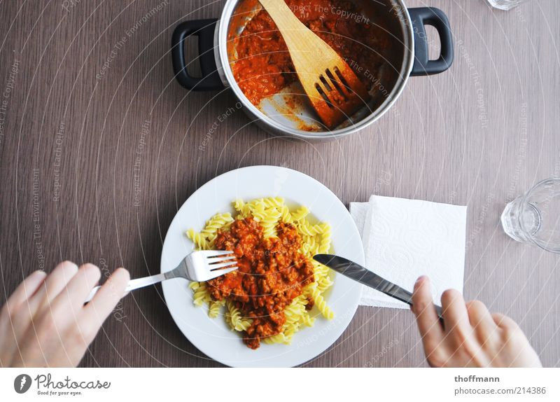 Lekka Bolognesensaucenmatsch Lebensmittel Fleisch Gemüse Saucen Tomate Ketchup Tomatensauce Nudeln Ringelnudeln Serviette Ernährung Essen Mittagessen Abendessen