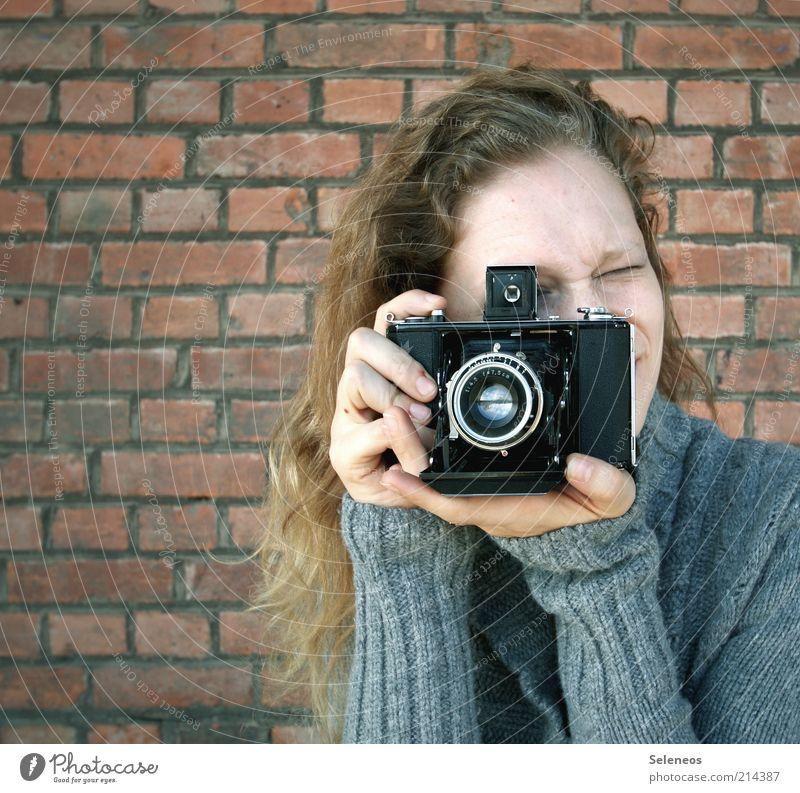 My new friend Eva Mensch Jugendliche alt feminin Wand Haare & Frisuren blond Fassade Technik & Technologie Freizeit & Hobby Fotokamera analog Frau Backstein Pullover