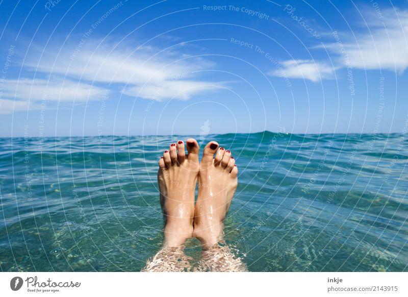 Bauchmuskelselfie Mensch Frau Himmel Ferien & Urlaub & Reisen blau Sommer schön Sonne Meer Freude Erwachsene Leben Lifestyle feminin Stil Fuß