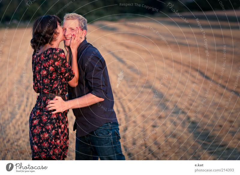 zw.ei Freude Glück Mensch Junge Frau Jugendliche Junger Mann Paar Leben 2 18-30 Jahre Erwachsene Natur Sonnenlicht Sommer Feld Hemd Kleid Küssen Lächeln Liebe