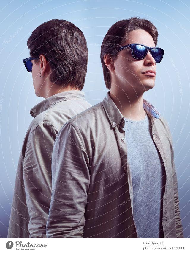 Junger Mann mit Sonnenbrille zurück zu Rückseite mit seiner Reflexion Mensch Jugendliche blau 18-30 Jahre Erwachsene Lifestyle Stil Mode Stimmung maskulin