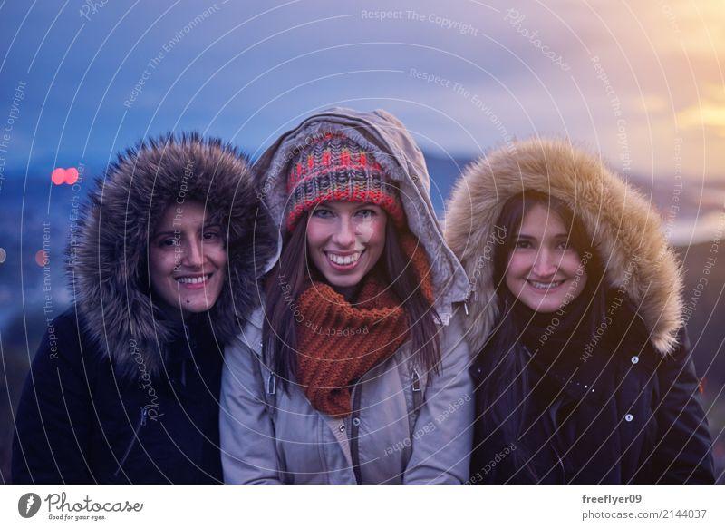 Drei junge Frauen, die bei Sonnenuntergang im Winter lächeln Mensch Himmel Ferien & Urlaub & Reisen Jugendliche Junge Frau 18-30 Jahre Erwachsene Umwelt