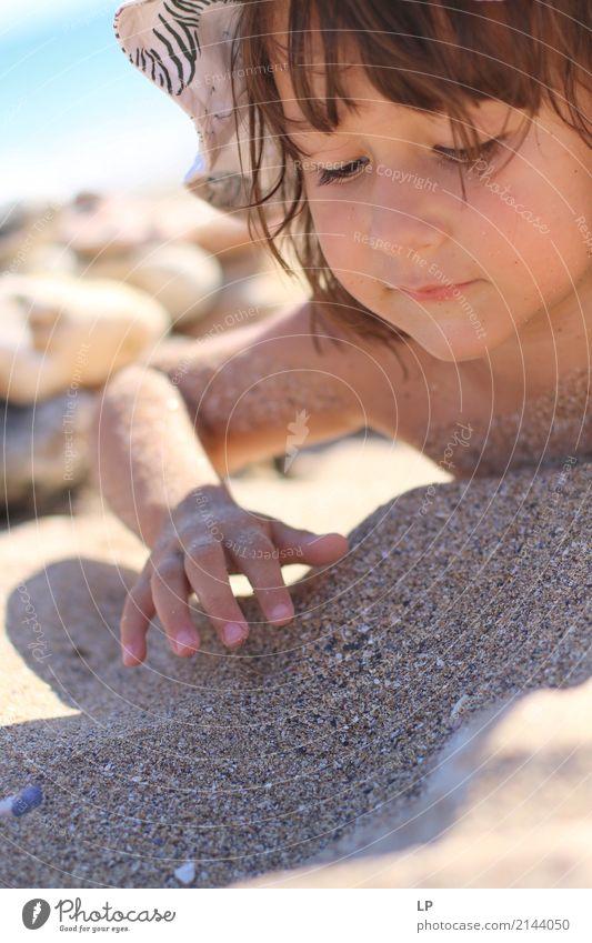 Im Sand spielen Mensch Kind Ferien & Urlaub & Reisen Meer Freude Strand Erwachsene Leben Lifestyle Gefühle Familie & Verwandtschaft Spielen Tourismus