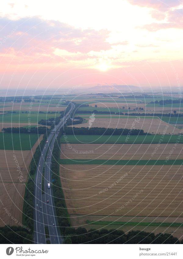 Sonnenaufgang über der Autobahn Nebel Getreide Stromkraftwerke Bergbau Braunkohle Niederrhein Ballonfahrt