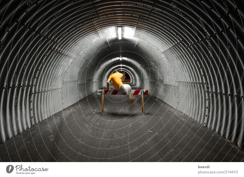... nOchmal ... Mensch Mann Erwachsene dunkel Leben Bewegung grau springen Stimmung Freizeit & Hobby maskulin Fitness sportlich Mut Tunnel Barriere
