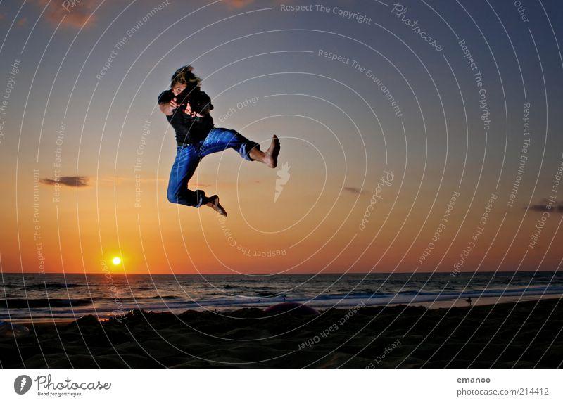 summer goodbye Mensch Himmel Mann Jugendliche Sonne Ferien & Urlaub & Reisen Meer Sommer Strand Freude Erwachsene Freiheit Bewegung Sand springen Küste