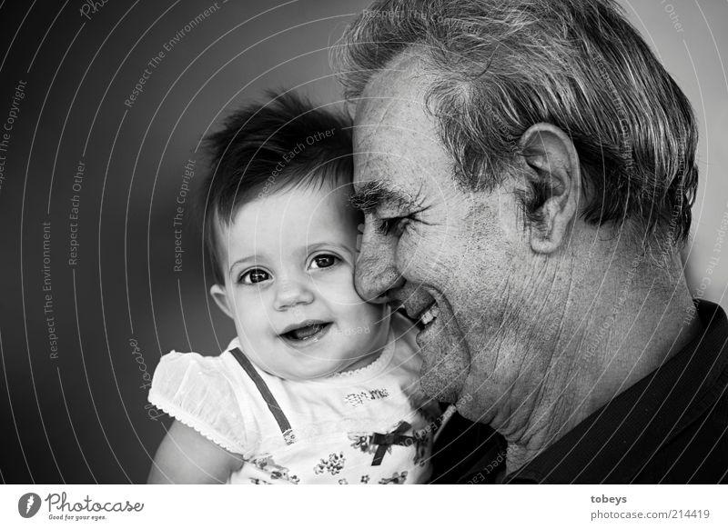 Lebensfreude Kind Baby Kleinkind Mädchen Männlicher Senior Mann Großvater 2 Mensch 0-12 Monate 60 und älter genießen lachen Gefühle Freude Glück Schutz