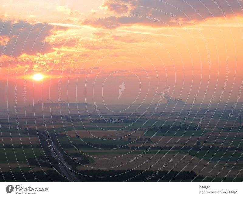 Sonnenaufgang vor Braunkohlekraftwerk Autobahn Morgen Industrie Stromkraftwerke Nebel Rauch Bergbau Morgendämmerung Ballonfahrt Luftaufnahme Sonnenlicht