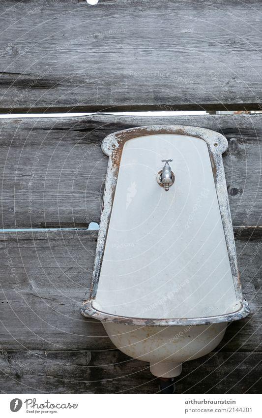 Altes Waschbecken an alter Holzwand Trinkwasser Lifestyle Reichtum Körperpflege Garten Bad Landwirtschaft Forstwirtschaft Handel Umwelt Mauer Wand Wasserhahn