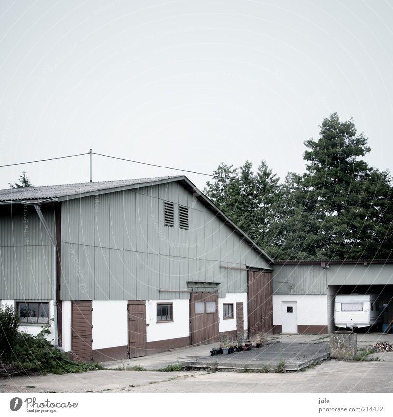 haus und hof Himmel Pflanze Baum Sträucher Haus Bauwerk Gebäude Architektur Bauernhof Hof Scheune Stall Wohnwagen trist Gedeckte Farben Außenaufnahme