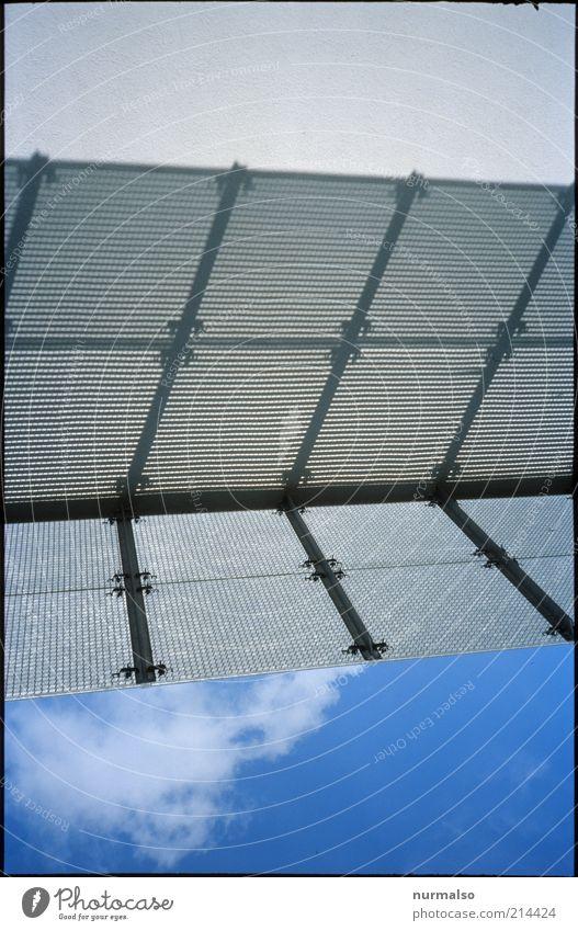 Schattensymmetrie Himmel Haus Wolken Wand Mauer Hochhaus Fassade modern trist Dach Quadrat leuchten Stahl Bauwerk skurril