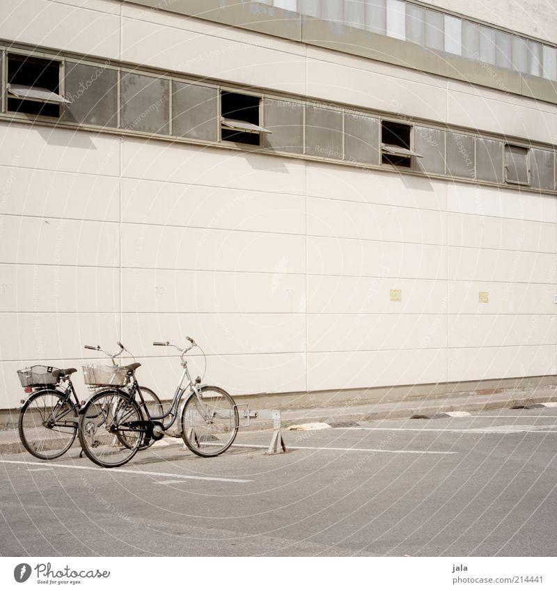 firmenfuhrpark Haus Fabrik Bauwerk Gebäude Architektur Mauer Wand Fassade Fenster Fahrrad trist beige Fahrradständer Parkplatz Farbfoto Außenaufnahme
