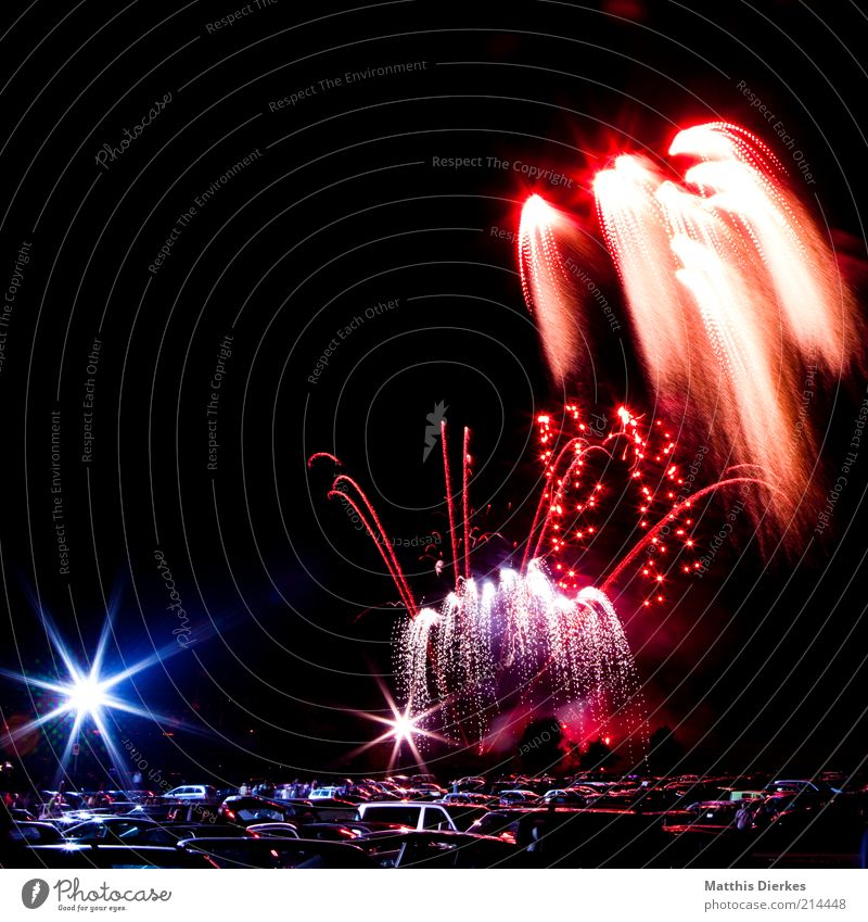 600 ist kein Jubiläum bevölkert ästhetisch Feuerwerk PKW Parkplatz mehrfarbig Explosion Farbfoto Außenaufnahme Menschenleer Textfreiraum oben Nacht Nachthimmel