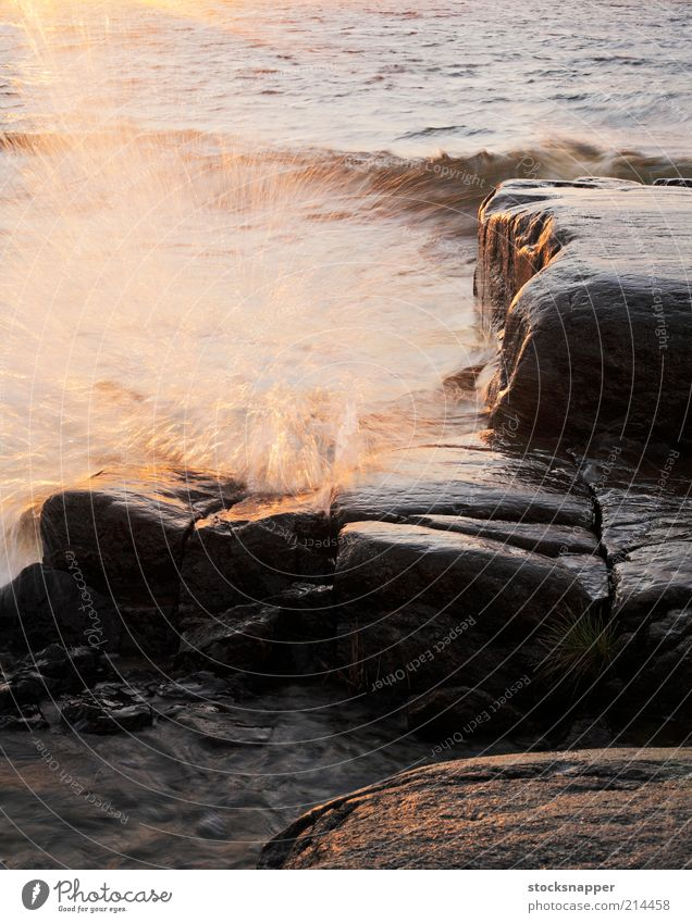 Wellen Finnisch Finnland Küste Felsen Wasser Meer Tropfen sprühen Sprühwasser Licht Inselkette Skandinavien Unwetter Wind nass niemand Landschaft Abend