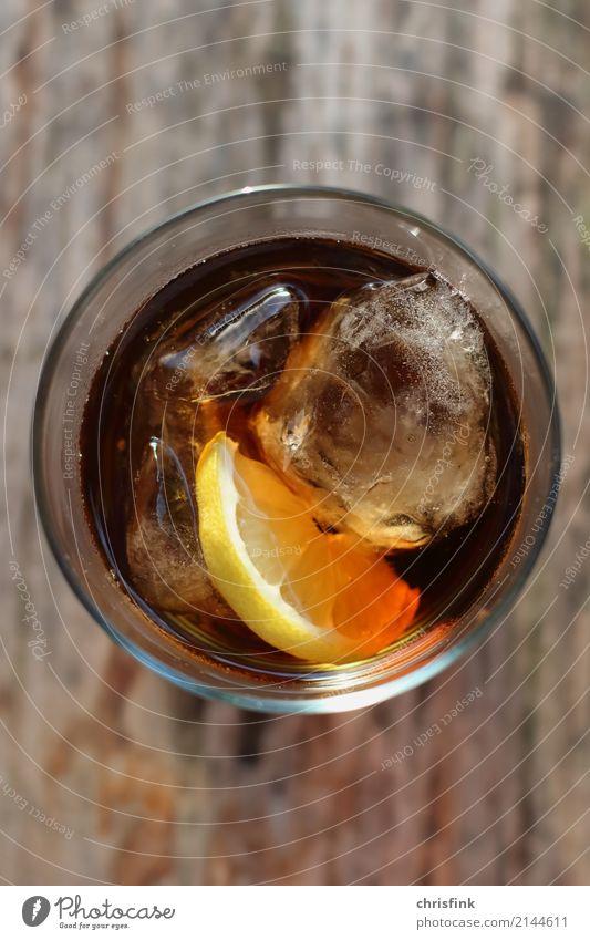 Drink mit Zitrone und Eis Wasser Freude gelb kalt Lifestyle Gefühle Glück Party braun Stimmung Ernährung gold Glas genießen nass