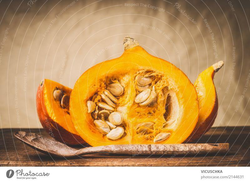 Halber Kürbis mit Kerne und Kochlöffel Lebensmittel Gemüse Ernährung Bioprodukte Vegetarische Ernährung Diät Löffel Stil Design Gesunde Ernährung Restaurant